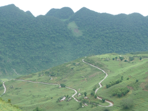La route serpente de la montagne de Ha Giang