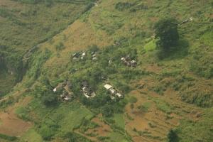 village niche sur les pentes des montagnes....