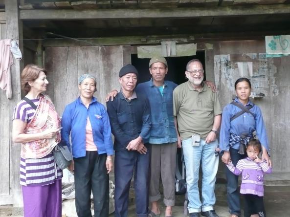 Mr et Mme Bercovier avec la famille de l'ethnie DAO en cour de route