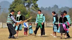 la-danse-acconpagnee-du-khen-des-Hmong