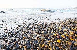 La-plage-de-galets-a-sept-couleurs